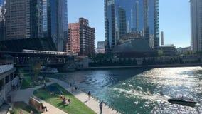 Chicago in de zomer met inbegrip van voetgangers, forenzen, & toeristen die van riverwalk met reisboten genieten, kajaks, de trei stock footage