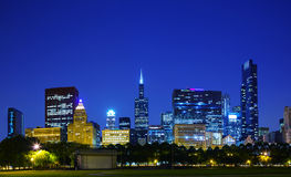 Chicago del centro, IL nella sera Fotografie Stock Libere da Diritti