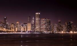 Chicago del centro - lago Michigan alla notte immagini stock libere da diritti