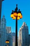 Chicago: detalles de una lámpara de calle encendida y del horizonte el 22 de septiembre de 2014 imagen de archivo