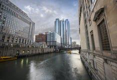 Chicago du centre le long de la rivière Chicago photographie stock libre de droits