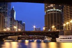 Chicago du centre - passerelles et fleuve Images libres de droits