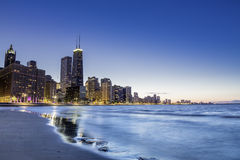 Chicago durch Dämmerung lizenzfreie stockbilder