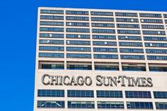 Chicago: el mirar para arriba el edificio de Chicago Sun-Times de una travesía del canal en el río Chicago el 22 de septiembre de imagenes de archivo