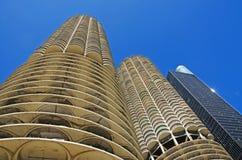 Chicago: el mirar para arriba el edificio de Marina City de una travesía del canal en el río Chicago el 22 de septiembre de 2014 fotografía de archivo libre de regalías