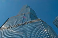 Chicago: el mirar para arriba la torre del triunfo de una travesía del canal en el río Chicago el 22 de septiembre de 2014 fotografía de archivo