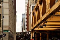 Chicago elevó el tren del EL que se movía a lo largo de vías imagenes de archivo