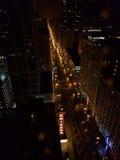 Chicago en la noche en una altura Imagenes de archivo
