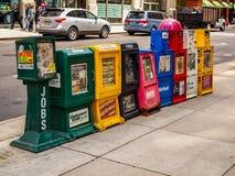 Chicago, Estados Unidos - máquinas de venda automática do jornal na rua fotos de stock royalty free
