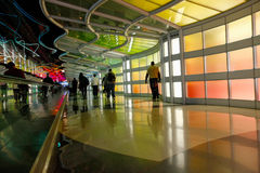 Chicago, Etats-Unis, le 16 octobre 2011 Terminal et escalator colorés dans l'aéroport de Chicago Photo stock