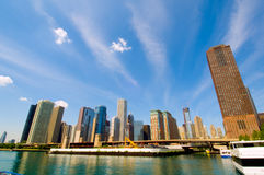 Chicago-Fluss und Skyline Stockbilder