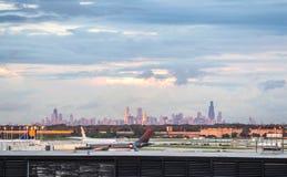 Chicago flygplats och horisont av centret royaltyfri foto