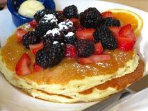 Chicago - Frühstückspfannkuchen mit Brombeeren und Erdbeeren ( Lizenzfreie Stockfotos