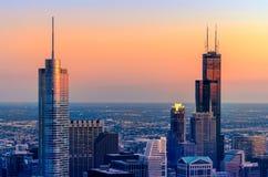 Chicago Góruje w Czerwonym i Błękitnym Zdjęcia Stock
