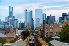 Chicago horisont från det västra med drevet royaltyfri fotografi