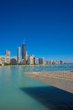 Chicago horisont från Milton Lee Olive Park Arkivbild