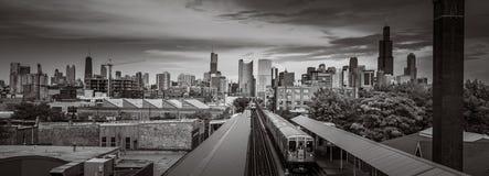Chicago horisont fr?n det v?stra med drevet royaltyfri foto