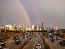 Chicago horisont med en dubbel regnbåge royaltyfri fotografi