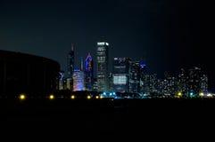 Chicago horisont och Lake Michigan på natten Arkivfoton