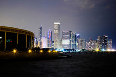 Chicago horisont och Lake Michigan på natten Royaltyfri Fotografi