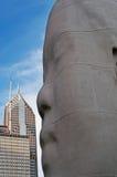 Chicago: horisont och ståendena för skulptur 1004 av Jaume Plensa i millenium parkerar på September 23, 2014 Royaltyfri Foto