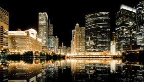 Chicago horisont på natten Arkivbilder