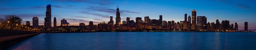Chicago horisont på skymning Arkivfoto