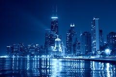 Chicago horisont på natten Arkivfoto