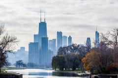 Chicago horisont utöver lagun royaltyfri bild