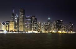 Chicago horisont vid natt Arkivbild