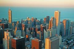 Chicago: horizon bij zonsondergang door het glas van het Willis Tower-observatiedek wordt gezien op 22 September, 2014 die Stock Fotografie