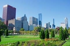 Chicago: horizon en beeldhouwwerken in de vorm van bloem in Grant Park op 22 September, 2014 Royalty-vrije Stock Fotografie