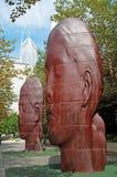 Chicago: horizon en de beeldhouwwerken 1004 Portretten door Jaume Plensa in Millenniumpark op 23 September, 2014 royalty-vrije stock fotografie