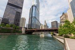 Chicago i stadens centrum byggnad vid Chicago riverwalk Arkivbilder