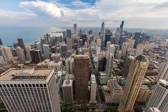 Chicago i stadens centrum horisont med det härliga molnet Fotografering för Bildbyråer