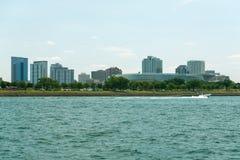 Chicago i stadens centrum horisontsikt från ett fartyg arkivbilder