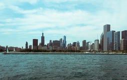 Chicago i stadens centrum horisontsikt från ett fartyg arkivfoton