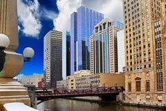 Chicago i stadens centrum riverfront, kontorsbyggnader och flod Royaltyfri Bild