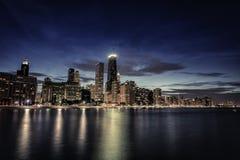 Chicago i stadens centrum skyskrapor på natten Arkivfoto