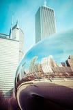 CHICAGO, IL - 2. APRIL: Bewölken Sie Tor- und Chicago-Skyline am 2. April 2014 in Chicago, Illinois Wolken-Tor ist die Grafik von Lizenzfreie Stockbilder