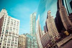 CHICAGO, IL - 2. APRIL: Bewölken Sie Tor- und Chicago-Skyline am 2. April 2014 in Chicago, Illinois Wolken-Tor ist die Grafik von Lizenzfreies Stockfoto