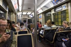 Chicago, IL-August 19,2015: Leute in der U-Bahn stockbilder