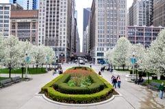CHICAGO, IL - 5 de maio de 2011 - ideia da interseção de Madison St com avenida de Michigan, ao lado do parque do milênio, durant Imagens de Stock Royalty Free