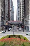 CHICAGO, IL - 5 de maio de 2011 - ideia da interseção de Madison St com avenida de Michigan, ao lado do parque do milênio, durant Imagens de Stock