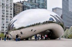 Chicago, IL - 5 de mayo de 2011 - núblese la puerta Bean Sculpture en parque del milenio con los turistas y la vista de la arquit Foto de archivo libre de regalías