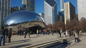 Chicago, IL, Estados Unidos se nubla la escultura de la puerta con los turistas almacen de metraje de vídeo