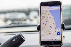 Chicago, IL, Etats-Unis, Feb-21,2017, Smartphone a attaché à un bâti de voiture dans la voiture avec la carte de Google pour l'us Images stock