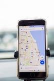 Chicago, IL, Etats-Unis, Feb-21,2017, Smartphone a attaché à un bâti de voiture dans la voiture avec la carte de Google pour l'us Image libre de droits