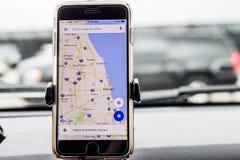 Chicago, IL, Etats-Unis, Feb-21,2017, Smartphone a attaché à un bâti de voiture dans la voiture avec la carte de Google pour l'us Photographie stock libre de droits