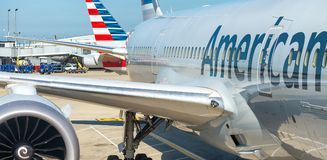 CHICAGO, IL - 27 JUILLET 2017 : American Airlines surfacent sur l'airp Photo libre de droits